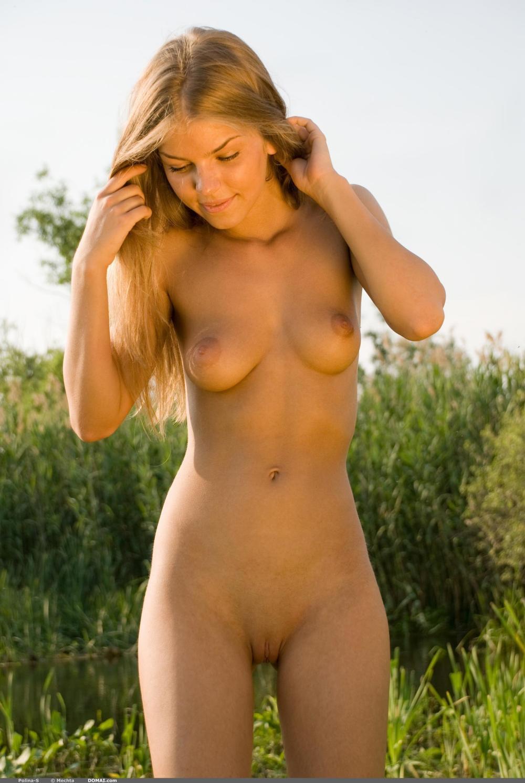 молодые красивые голые девушки натуральная блондинка с прямым распущенным волосом стоит, маленькая грудь, точеная фигура