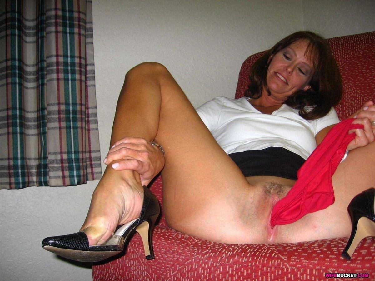 фото голой зрелой женщины достающей из пизды красные трусики.