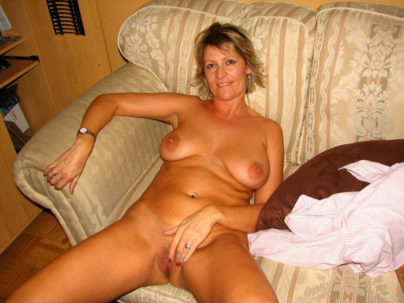 фото голой зрелой женщины лежа на диване мастурбирует.