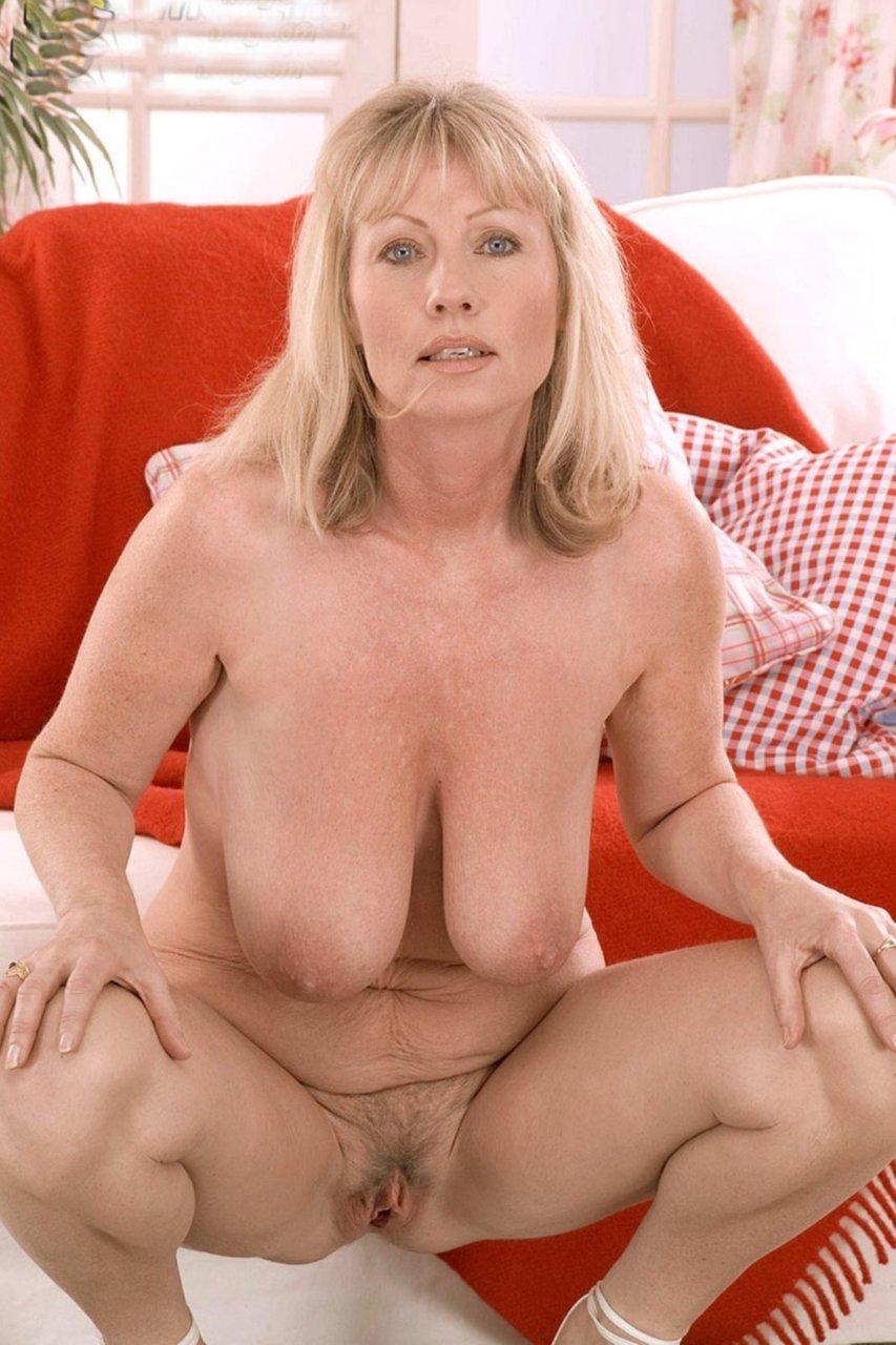 фото голой зрелой женщины блондинка сидит на корточках.