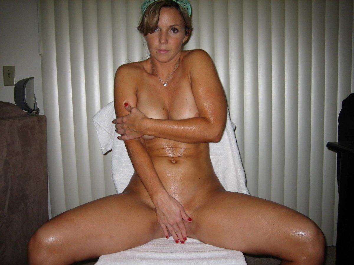 фото голой зрелой женщины прикрывающей руками сиськи и пизду.