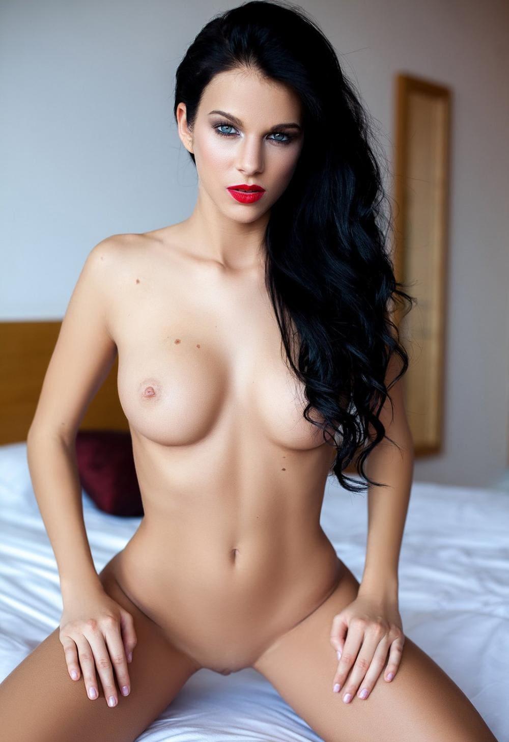 Фото голых брюнеток сидит на коленях длинные красивые волосы, яркая красная помада,необыкновенно красивые глаза