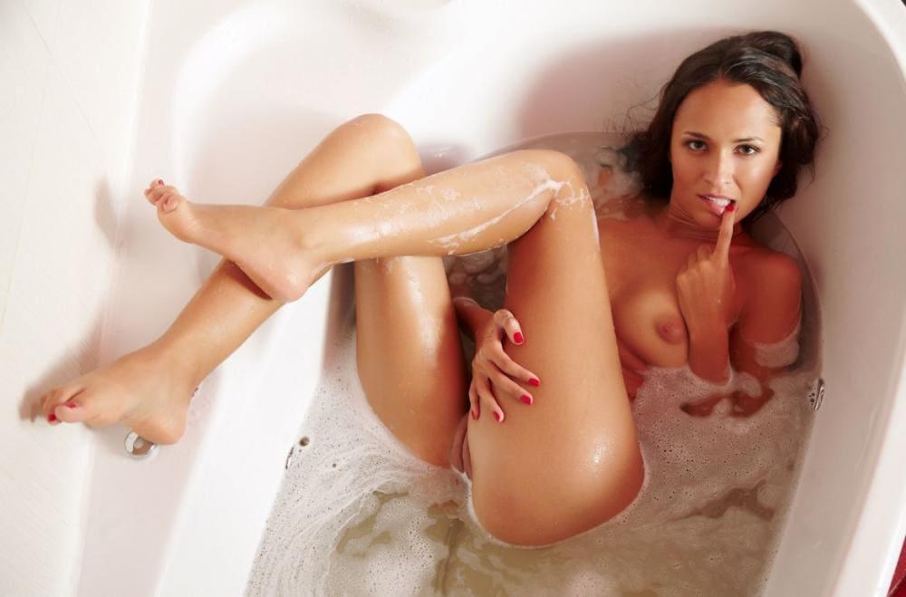 Фото голых брюнеток лежит в ванной пальчик во рту, ноги задрала и согнула в коленях