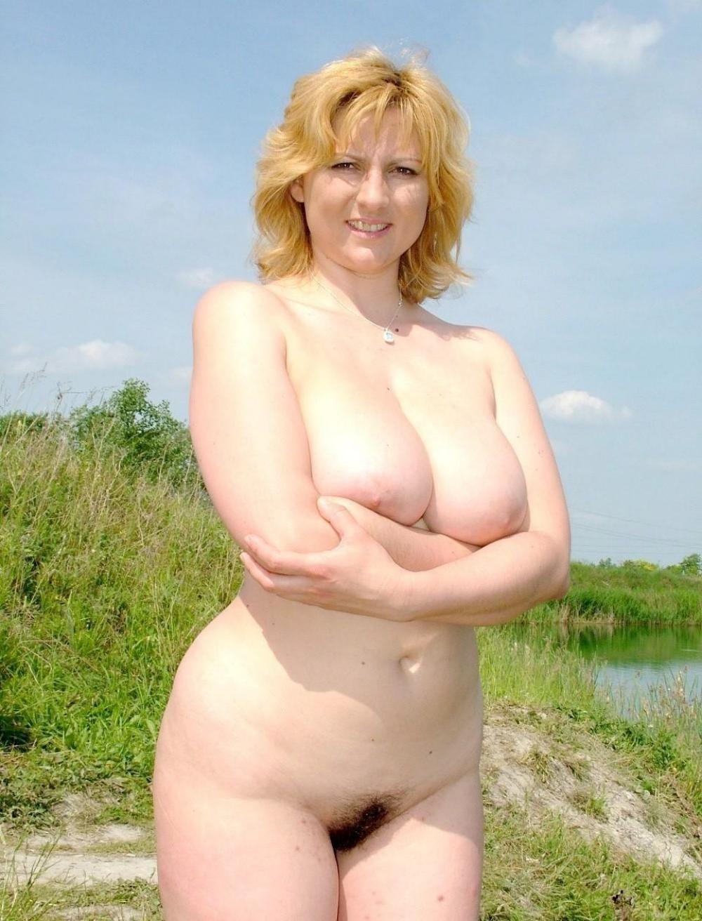 Зрелые волосатые женщины на природе русская блондинка голая с мохнатой пиздой красивыми сиськами , шикарной фигурой стоит возле пруда