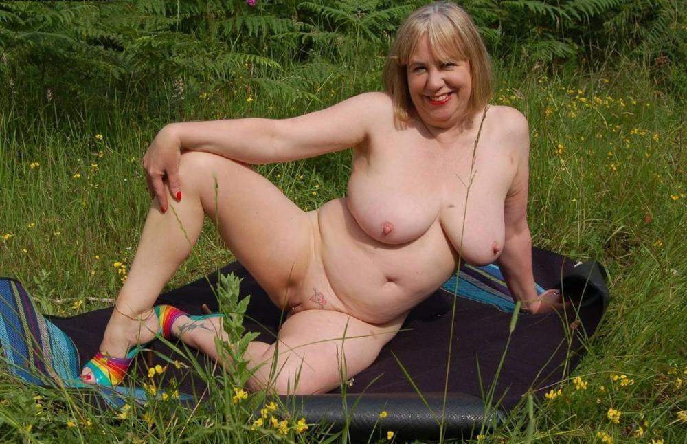 Порно зрелых женщин на природе блондинка пышных форм сидит раздвинула ноги,большие сиськи, возле бритой письки тату сердечко пронзенное стрелой