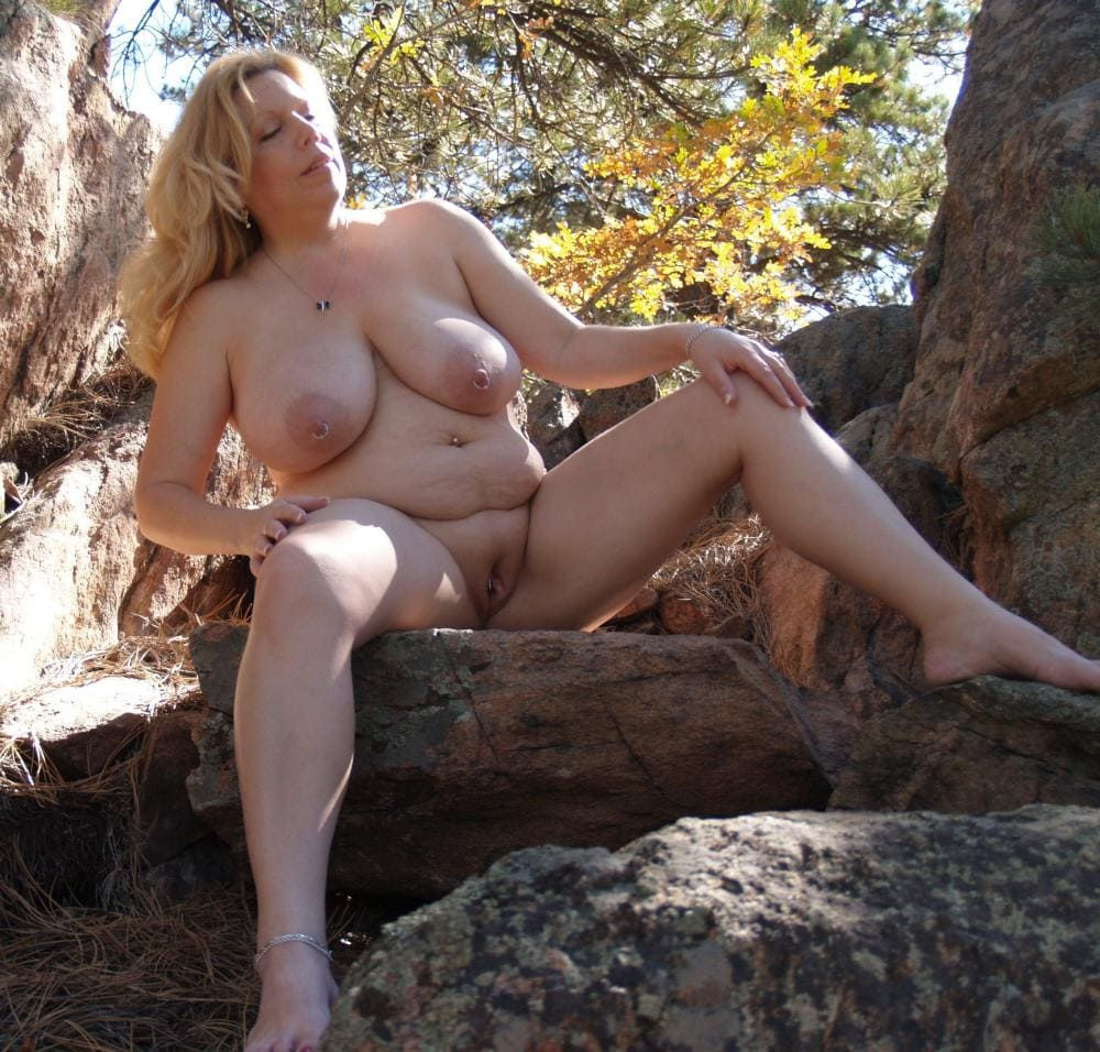 Зрелые волосатые женщины на природе голая блондинка пышной приятной формы сидит на бревне раздвинув ноги, большие сиськи висят