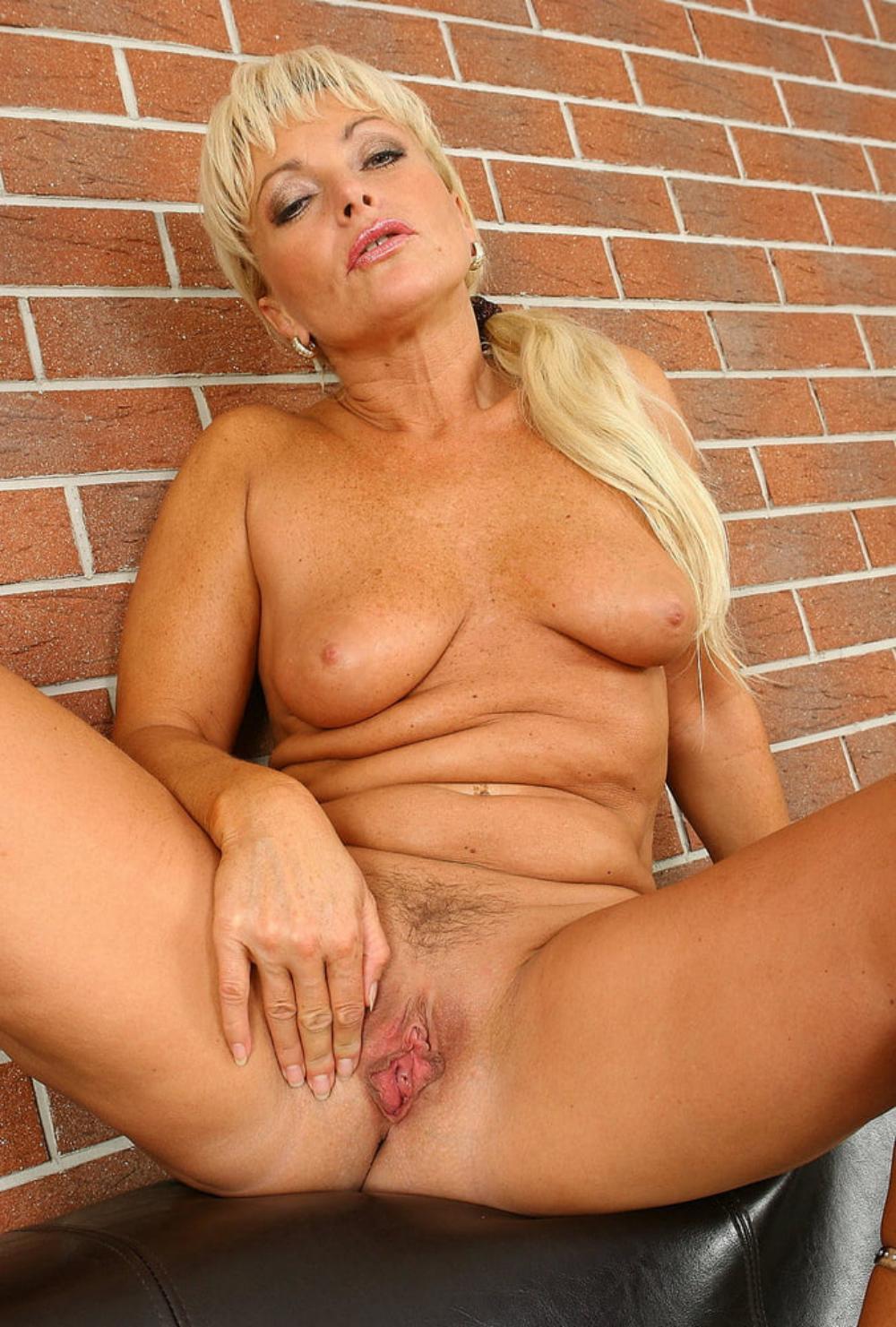 Красивые голые зрелые женщины блондинка с длинным волосом сидит широко раздвинув ноги показывая свою возбужденную ждущую хуя пизду