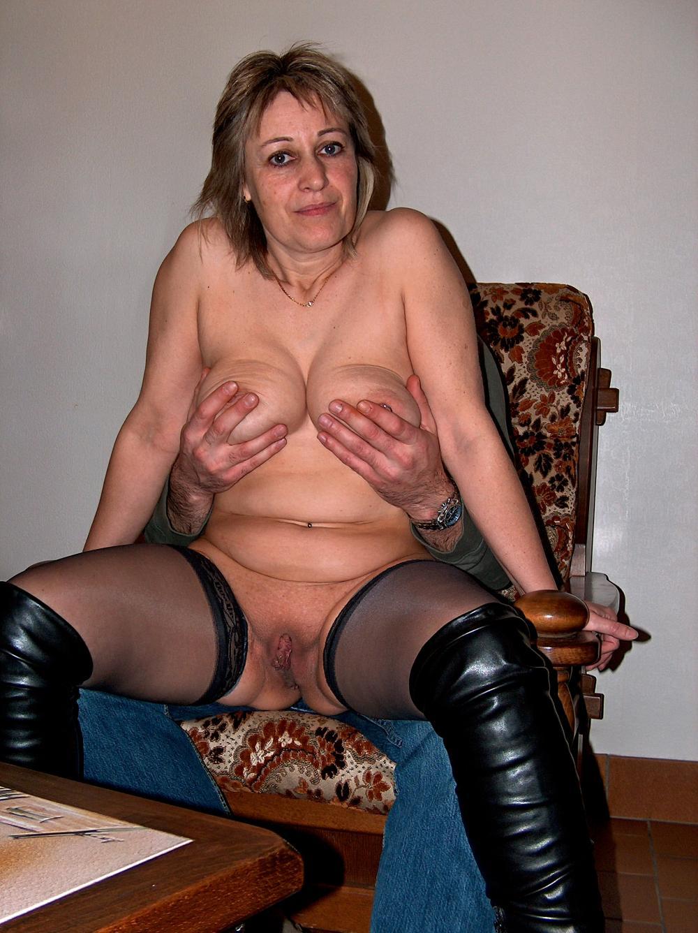 Голые зрелые женщины порно сидит на кресле, мужик сзади схватил и мнет сиськи, ноги раздвинула в чулках и высоких черных сапогах, пизда бритая