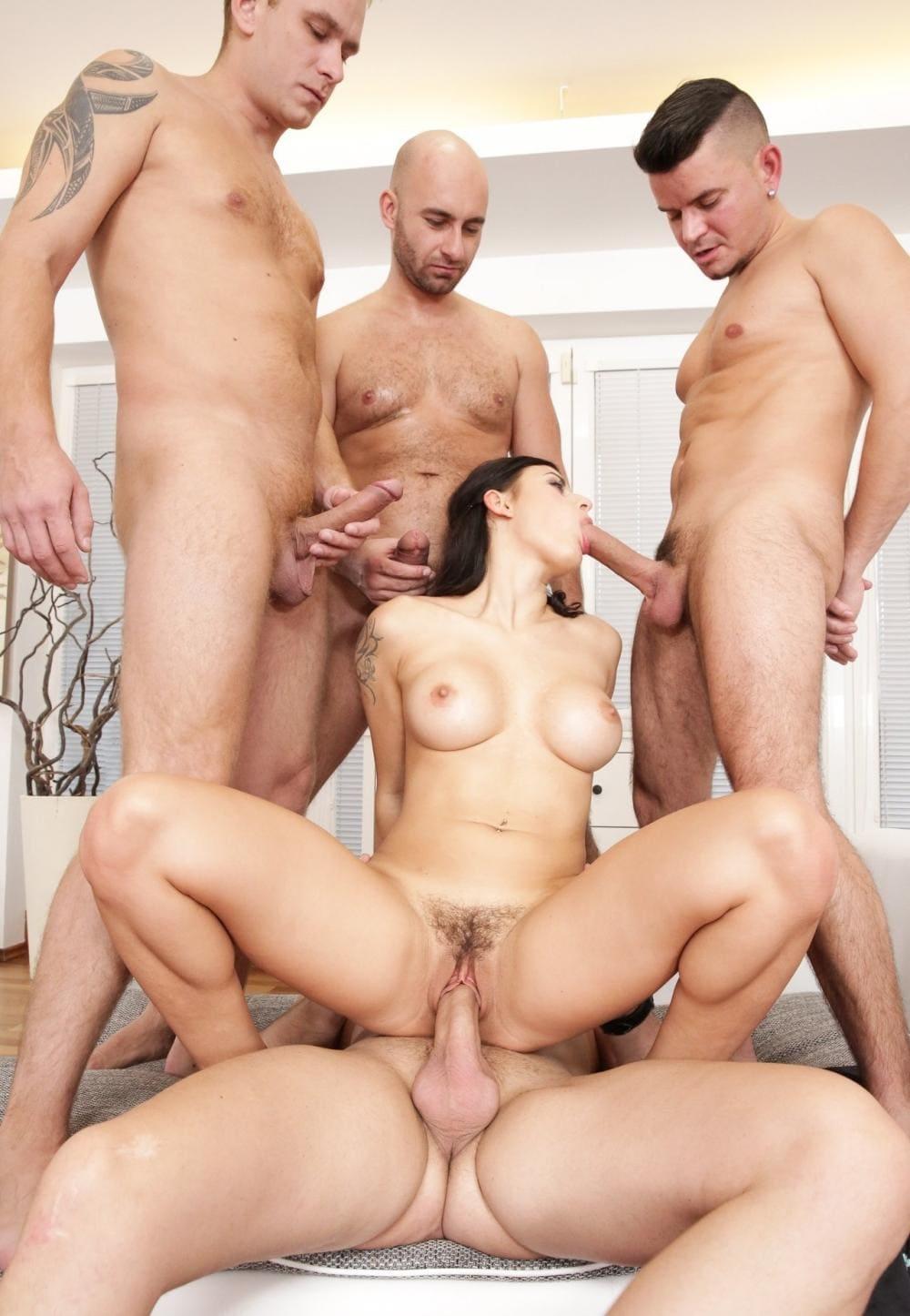 Порно групповой секс четверо мужчин трахают одну брюнетку во все дырочки по очереди, а она еще успевает сосать их члены