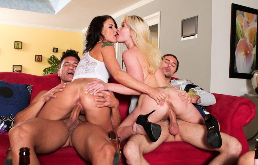 Красивое групповое порно два мальчика и две девочки скачут на них верхом, девчонки целуются