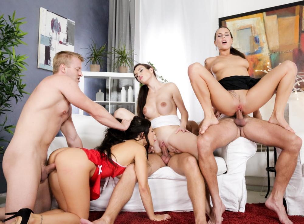 Домашнее групповое порно три пары м+ж, две телки скачут верхом, третья стоит раком и пока ее ебут она лижет у одной девушки пизду