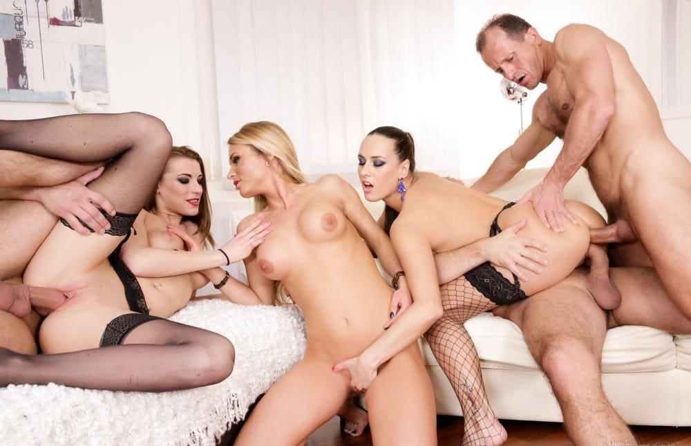 Красивое групповое порно три пары оргия в разгаре одну ебут в две дырки сразу, блондинке дрочат клитер брюнетка, пока она ласкается с другой шатенкой которую ебут просто большим членом