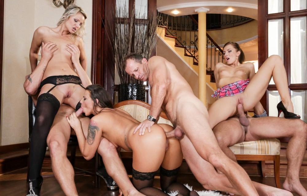 Порно групповой секс три на три блондинка в чулочках сидит сверху на мужчине, а брюнетка сосет ему хуй, пока мужик ебет ее в жопу, Третья пара ебется она сверху