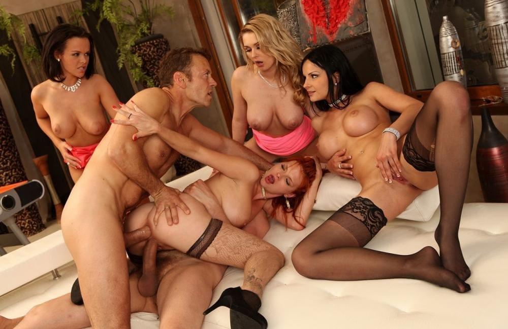 Порно групповой секс четыре девушки два парня, пока двое ебут одну в две дырки три остальные с трепетом ждут своей очереди