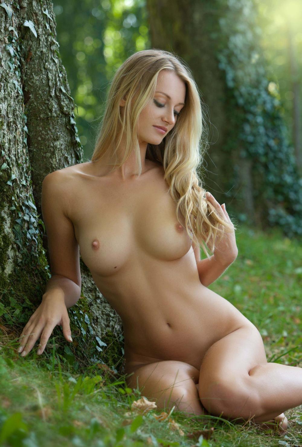 Молодые красивые голые девушки сидит под деревом, блондинка с длинным волосом, шикарные сиськи
