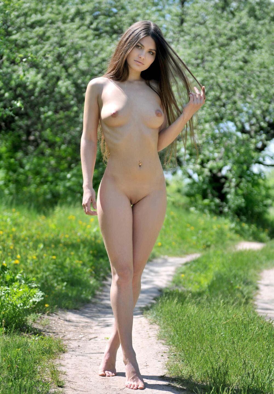 Фото голых молодых девушек красивая брюнетка стоит на тропинке длинные волосы распущены, прессинг в пупке