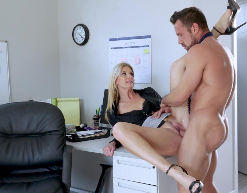 Секс на столе в офисе босс разделся догола но забыл снять галстук, а она задрала короткую юбку раздвинула ноги, одну закинула ему на плечо и страстно трахаются