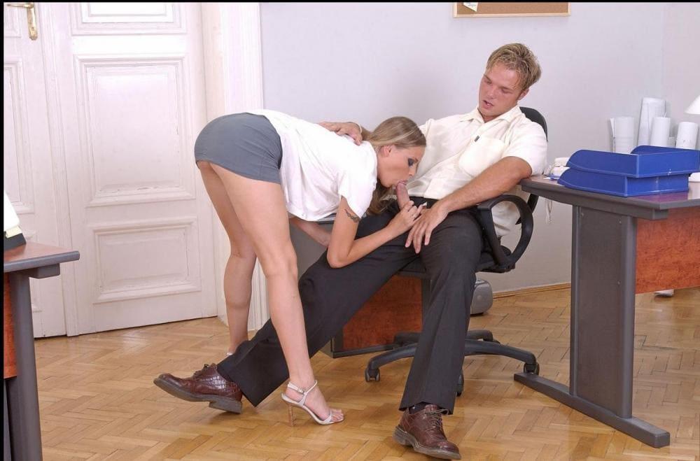 Секс в офисе блондинка стоит раком в короткой юбке делает минет своему сослуживцу который сидит в кресле