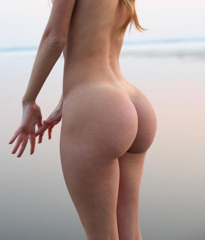 голая попа девушки фото, без лица стоит у воды руки вытянула немного вперед