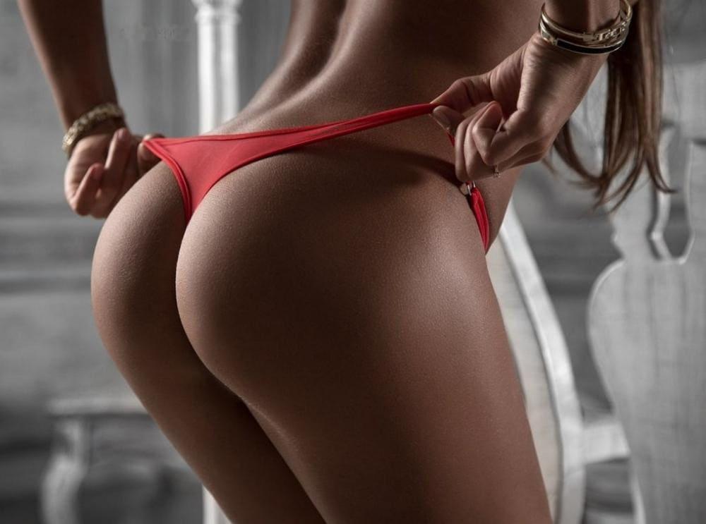 голая попа девушки в красных трусиках танго стоит оттягивает их фото без лица