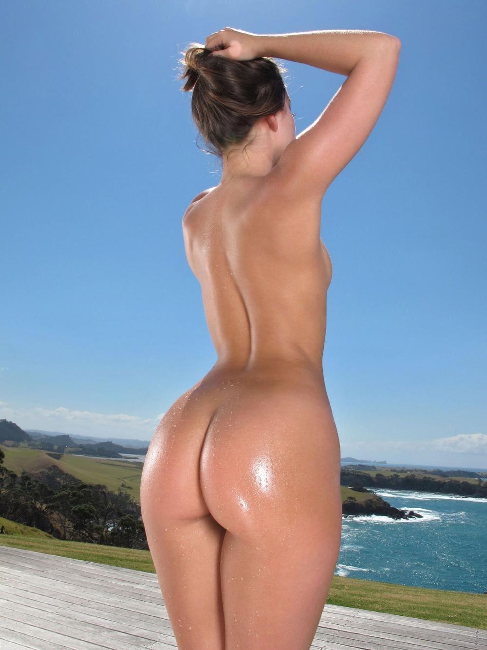 голые девушки с большой попой стоит подняв руки на голову, попка блестит от масла
