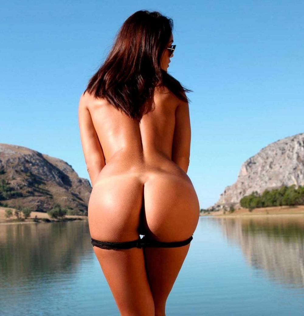 голые девушки с большой попой брюнетка стоит у кромки воды снимает трусики