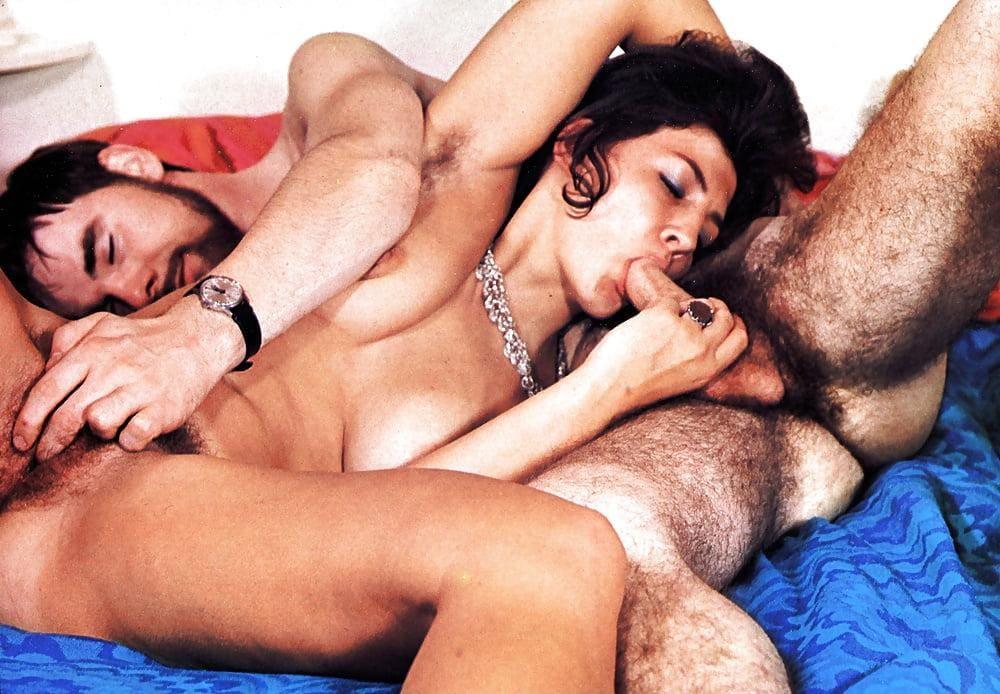 ретро порно фото волосатых лежат валетом брюнетка сосет член волосатому партнеру пока он ласкает пальцами ее письку