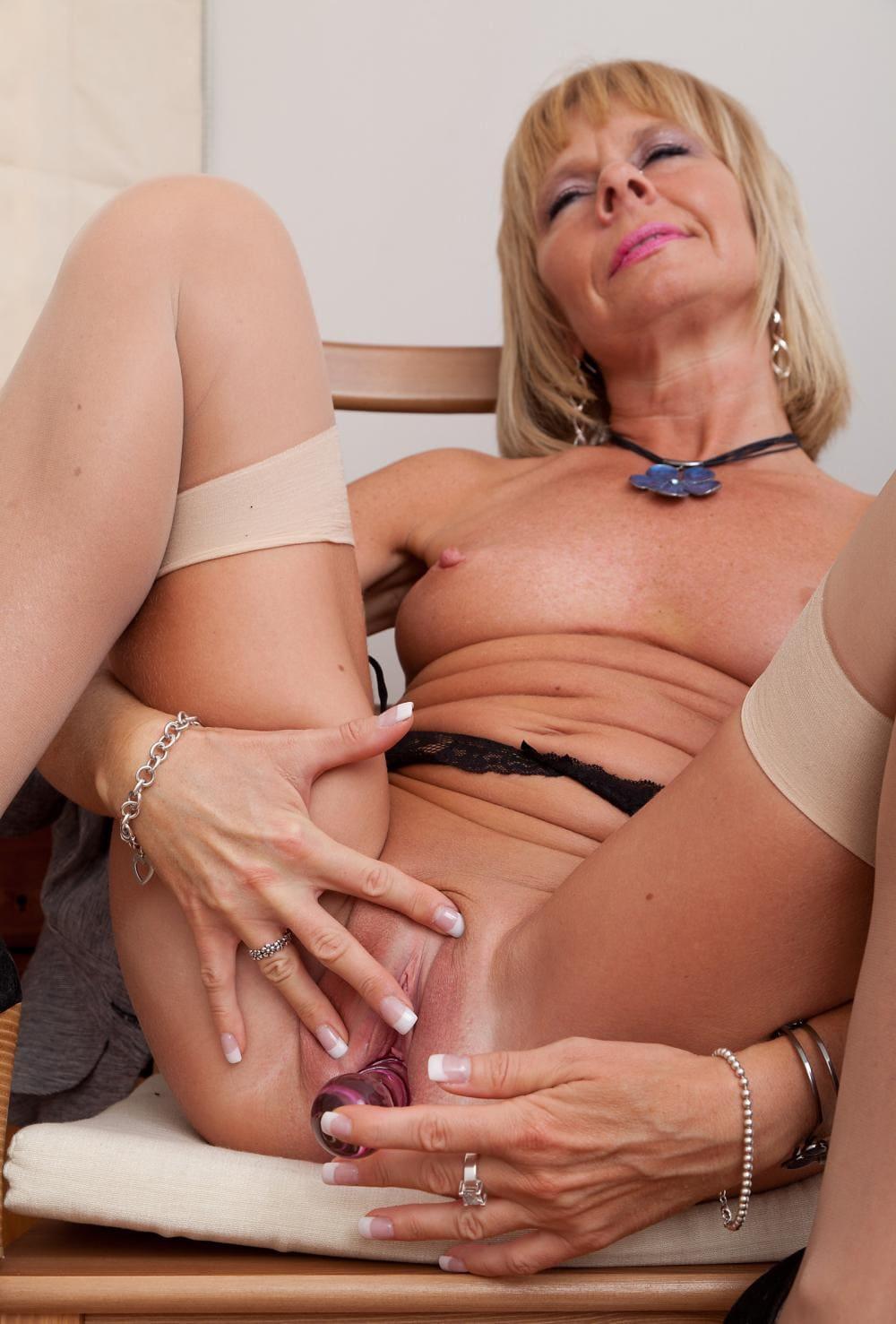 зрелые дамы мастурбируют письку мини вибратором, на лице блаженство на ножках светлые чулки