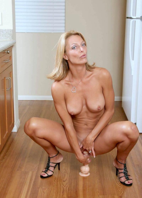 зрелые женщины мастурбируют блондинка в открытых босоножках фаллоимитатор поставила на пол и садится на него, голая