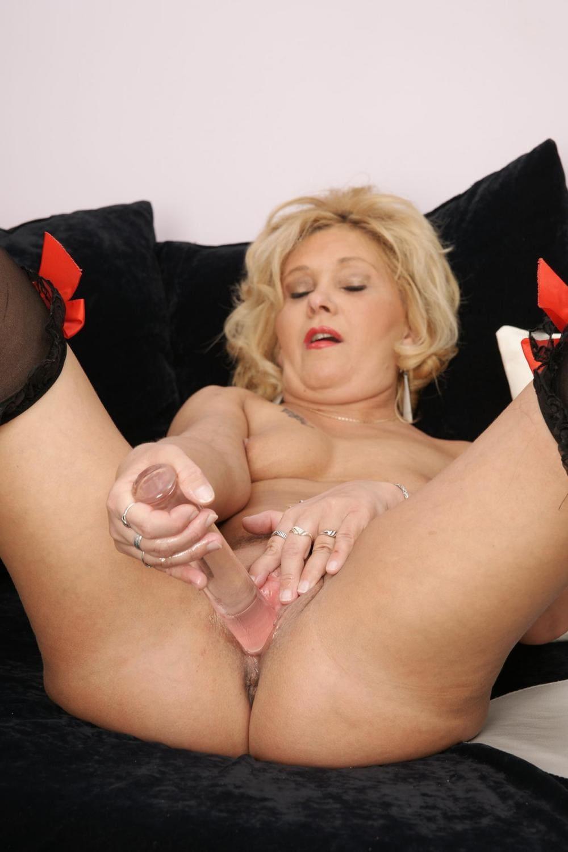 зрелая в чулках мастурбирует блондинка голая с короткой стрижкой подняла согнула в коленях и раздвинула ноги трахает себя фаллоимитатором