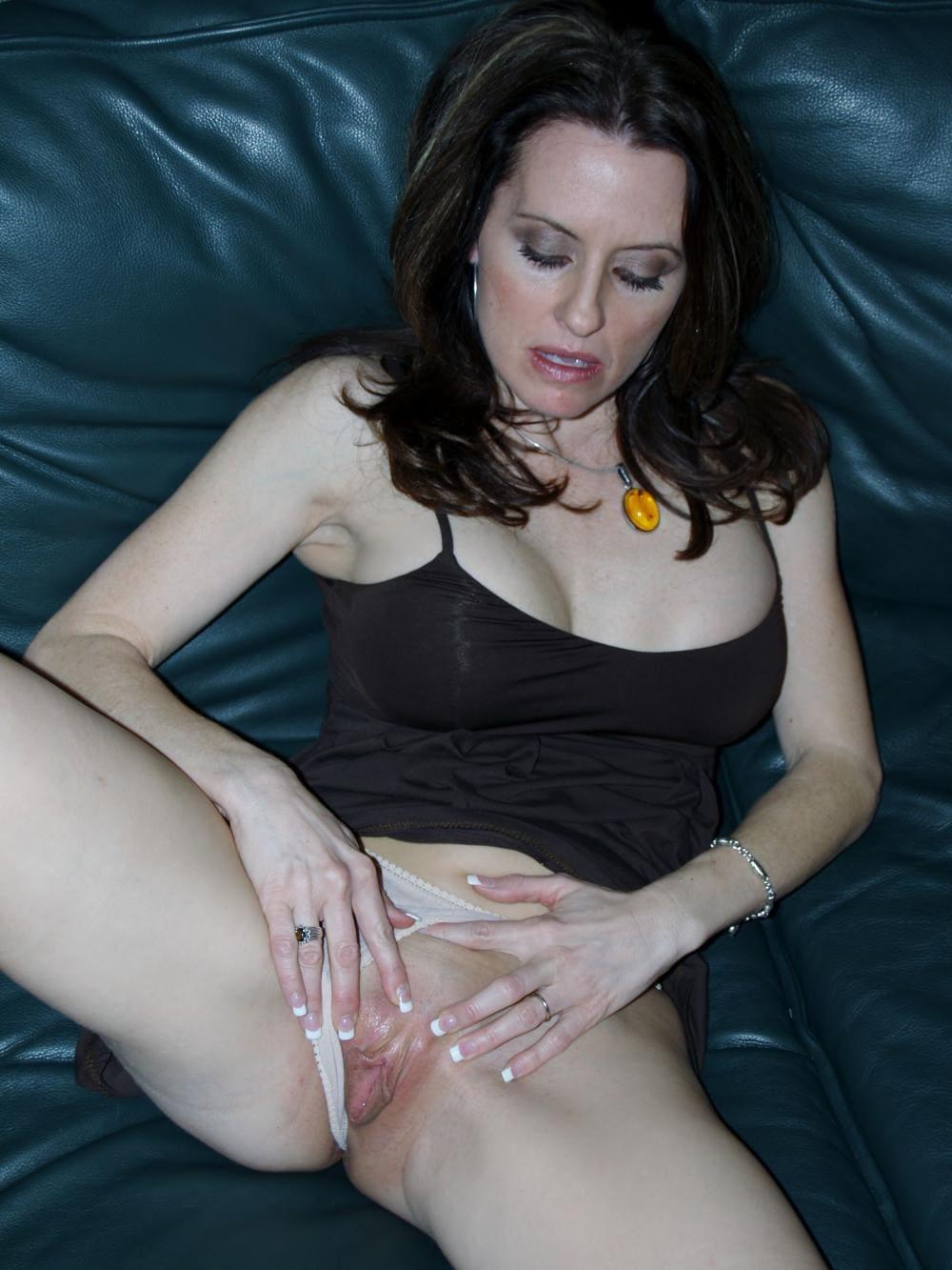 зрелая мастурбирует пизду брюнетка лежит на кровати в черной короткой майке отодвинула трусики и мастурбирует пальчиками