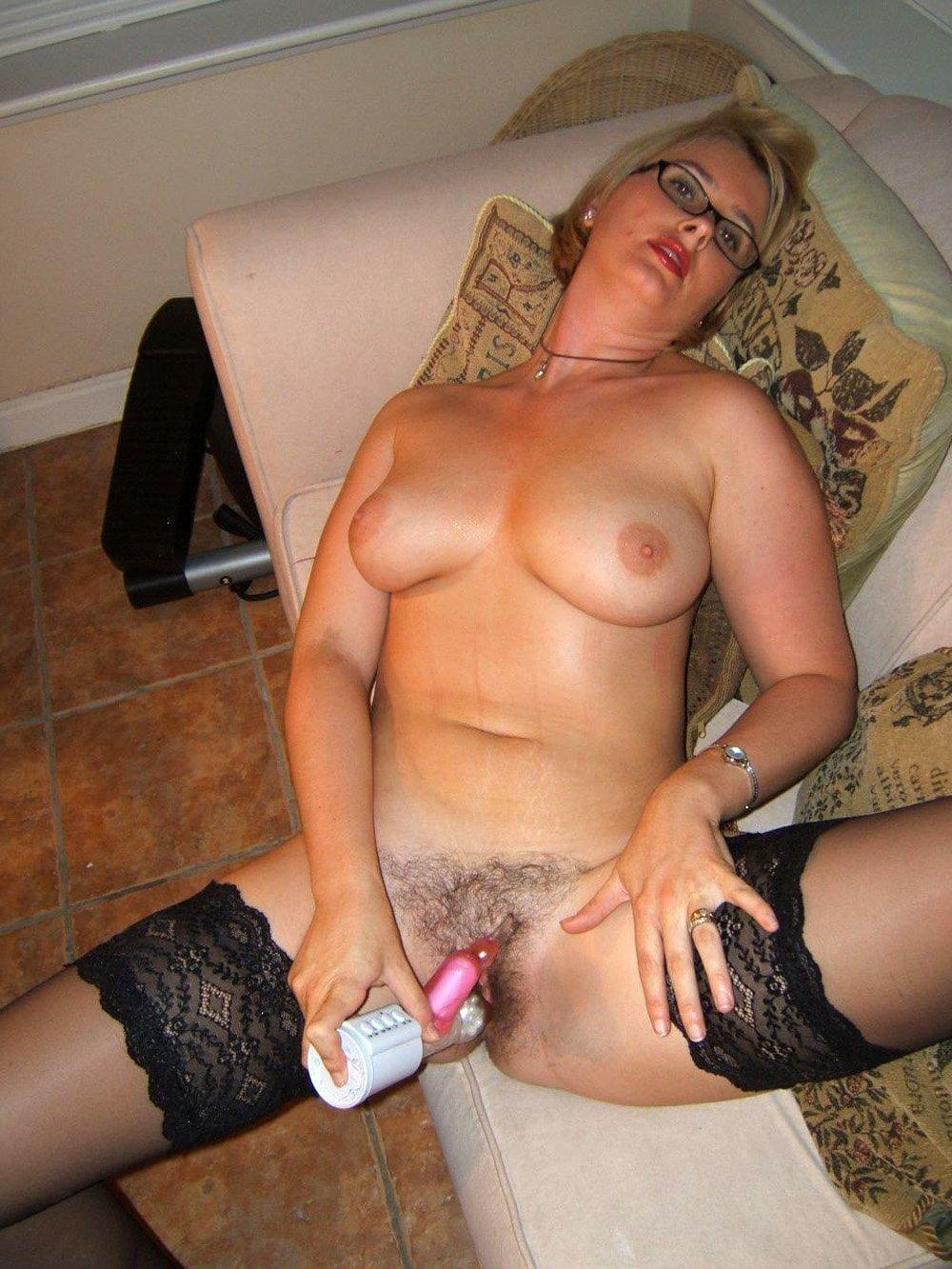 порно зрелые мастурбируют блондинка с короткой стрижкой волосатой пиздой в очках, черных чулках лежит на диване голая в черных чулках небритая пизда широко раздвинула ноги мастурбирует вибратором кролик
