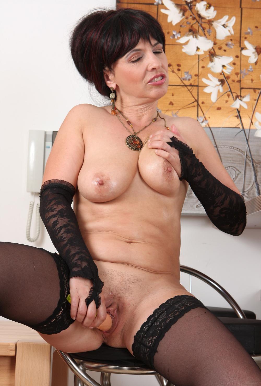 красивая зрелая мастурбирует фаллоимитатором свою пизду, ноги в чулках, на руках длинные черные митенки