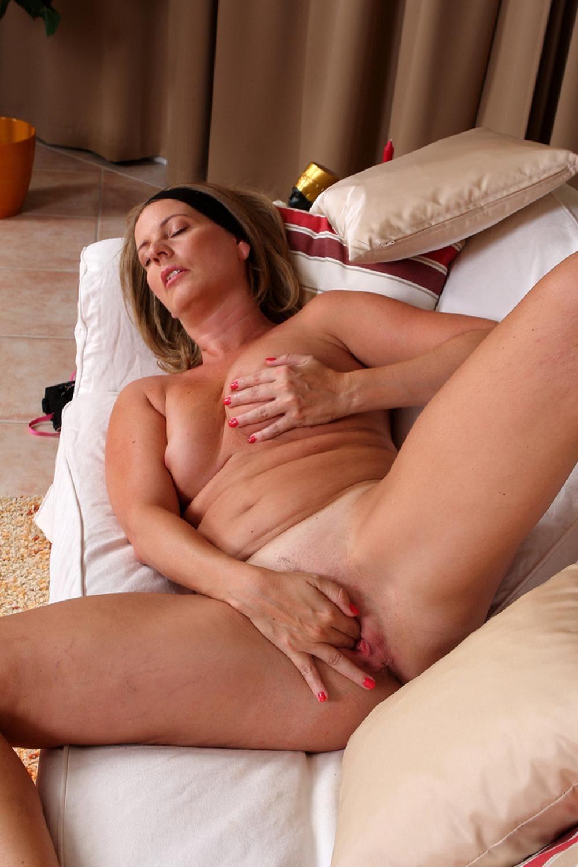 зрелые женщины мастурбируют пальчиками пизду, лежит на диване широко расставив ноги, одной рукой ласкает свою сиську