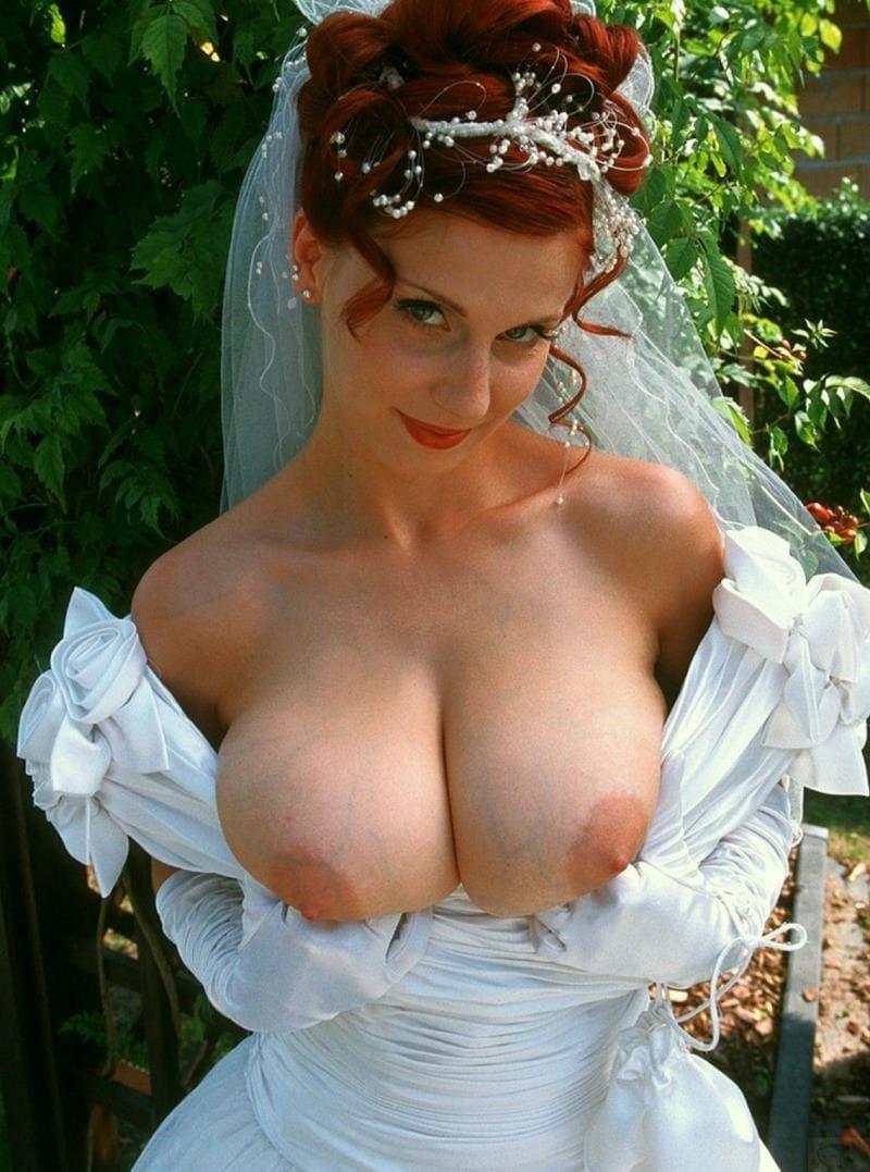Развратная невеста в белом платье спустила плечи показала большие сиськи