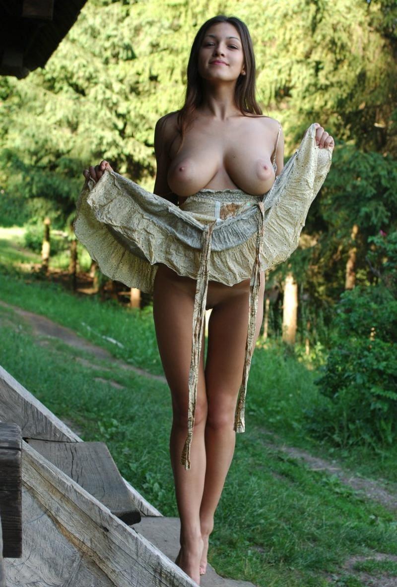 девушка на природе стоит платье спустила с плеч сиськи голые, юбку задрала показала, что трусиков нет