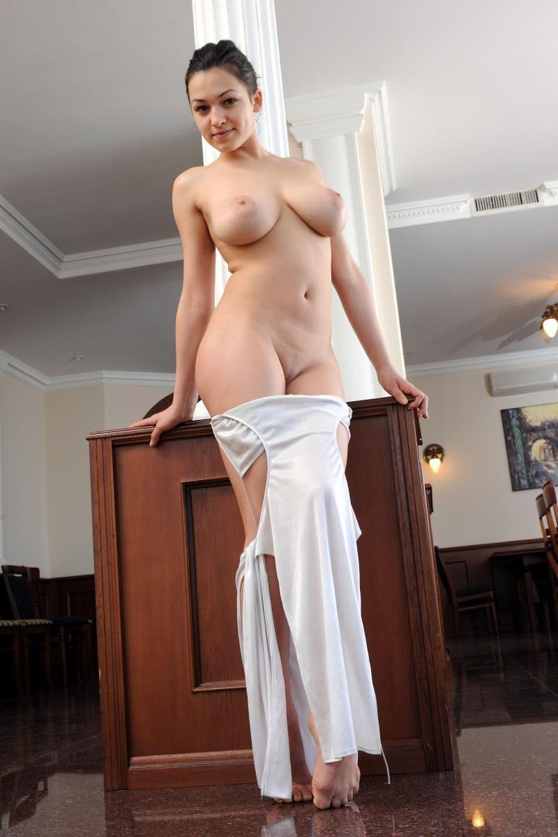 Красивая девушка стоит снимает платье оголилась показав сиськи