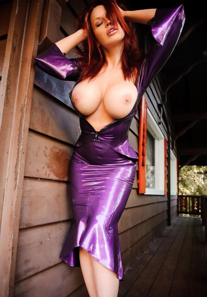 большие сиськи в платье сиреневого цвета на рыжей красавице
