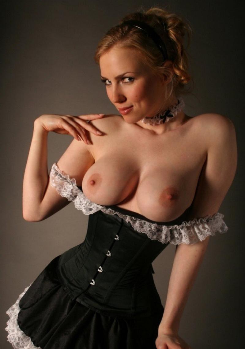 сиськи в платье черном коротком с белыми рюшами рыжей развратницы