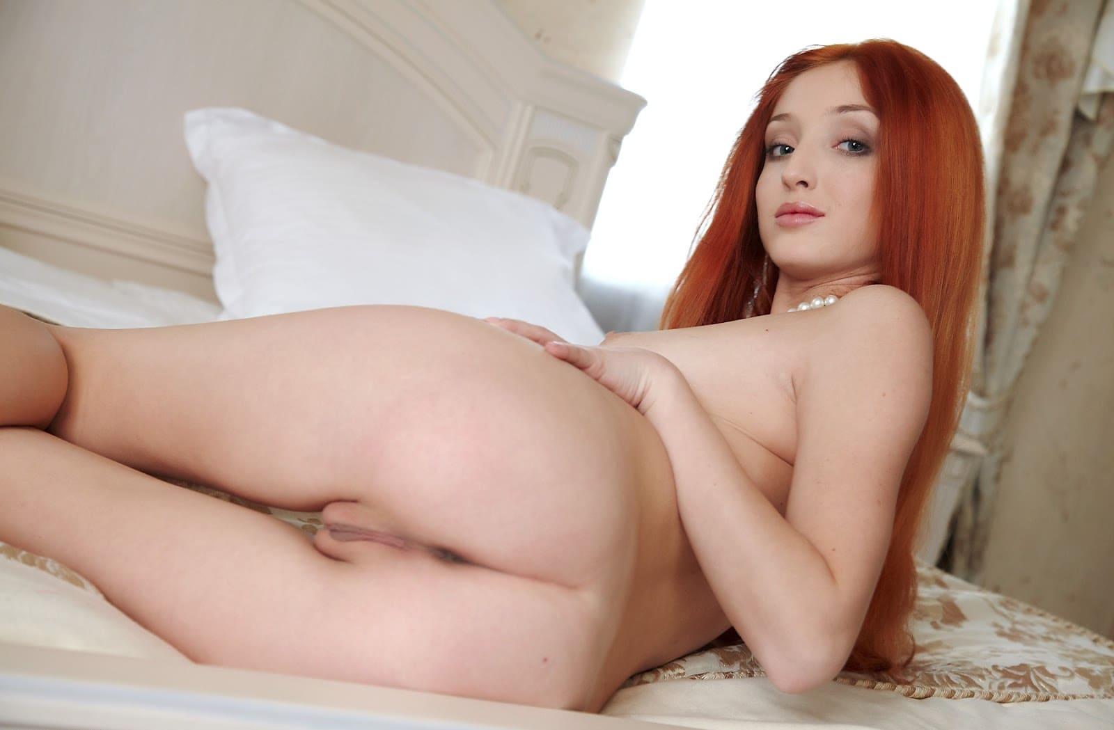 красивые голые рыжие девушки с длинным огненным волосом лежит на боку показывая свою шикарную попу и писю