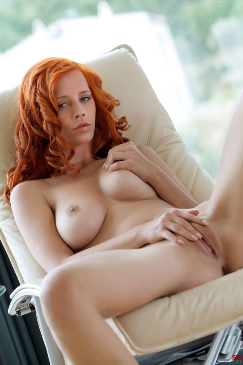 фото голых рыжих девушек в белом кресле возлегает раздвинула ноги ласкает свою пизду