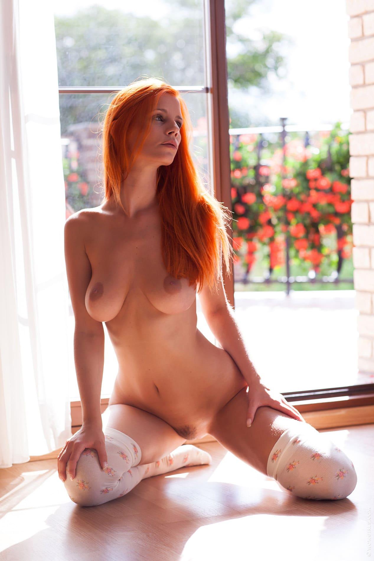 фото голых рыжих девушек на коленях сидит в белых чулках напротив стеклянной двери, интимная стрижка