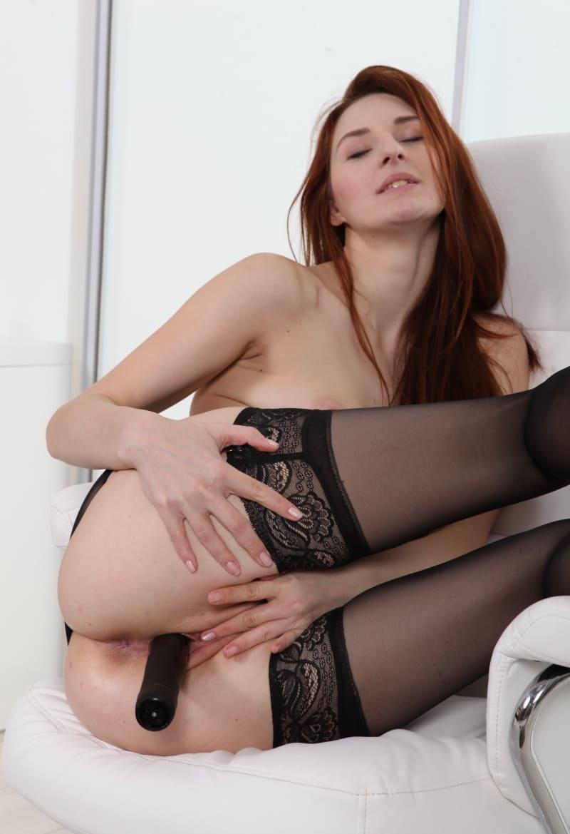 Девка дрочит себе киску, рыжеволосая красивая девушка в черных чулках мастурбирует фаллоимитатором сзади