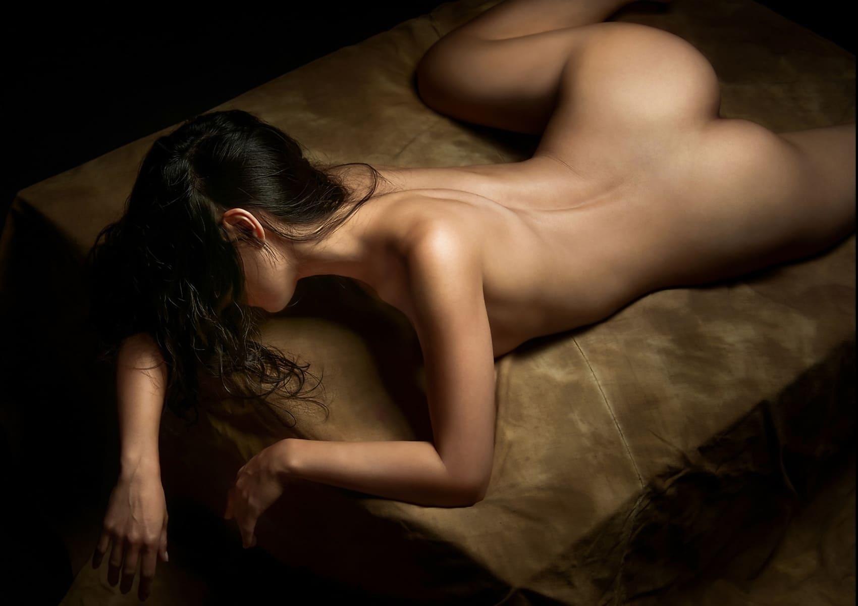 девушка со спины брюнетка без лица лежит на кровати распластавшись как жабка