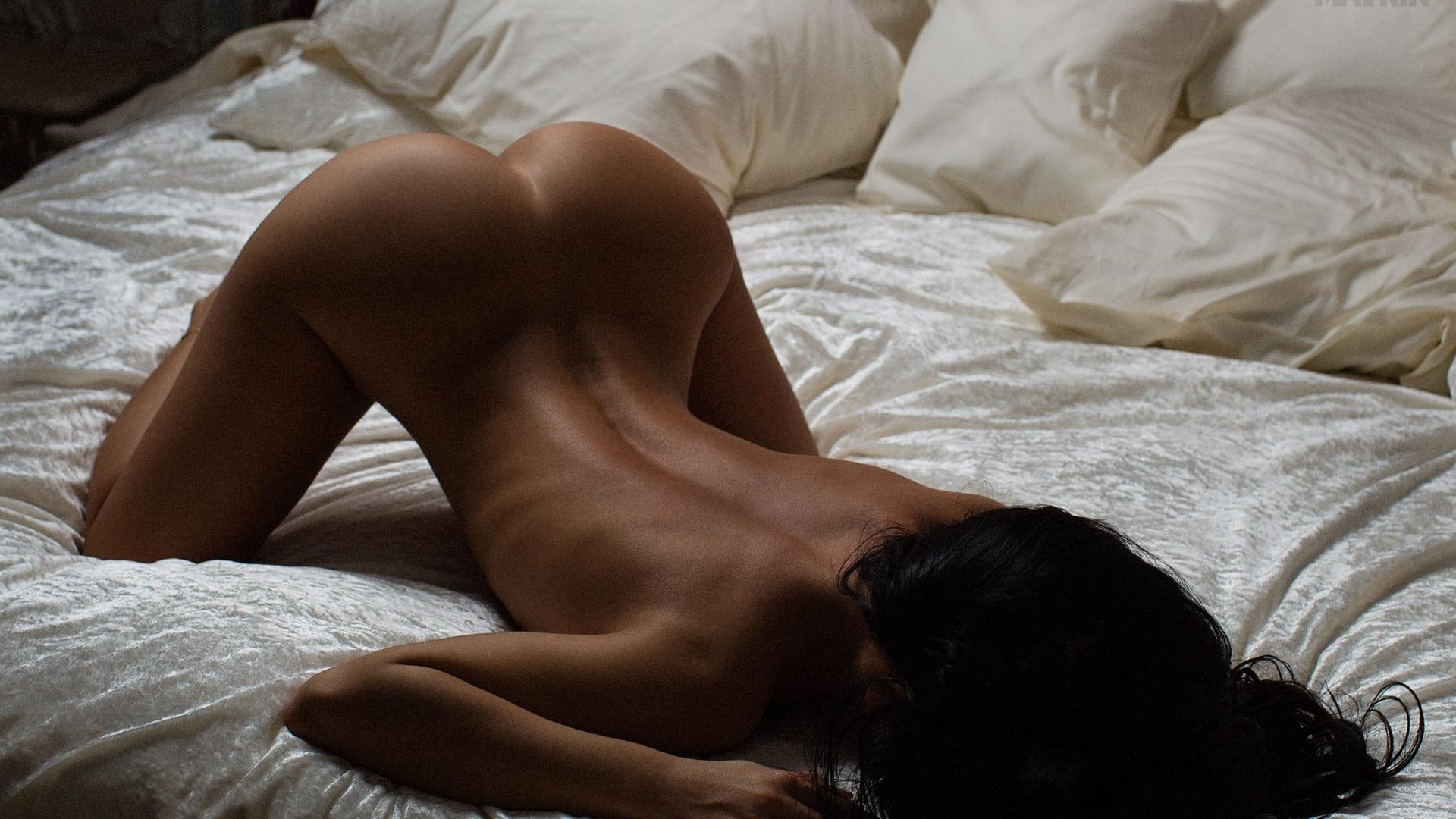 фото девушки брюнетки со спины голая раком на постели без лица