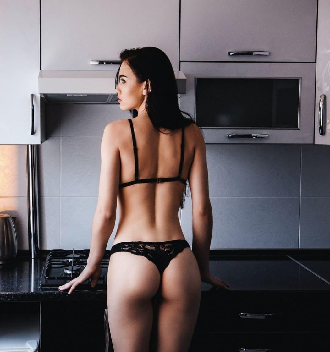 красивые девушки со спины брюнетки в нижнем белье стоит на кухне