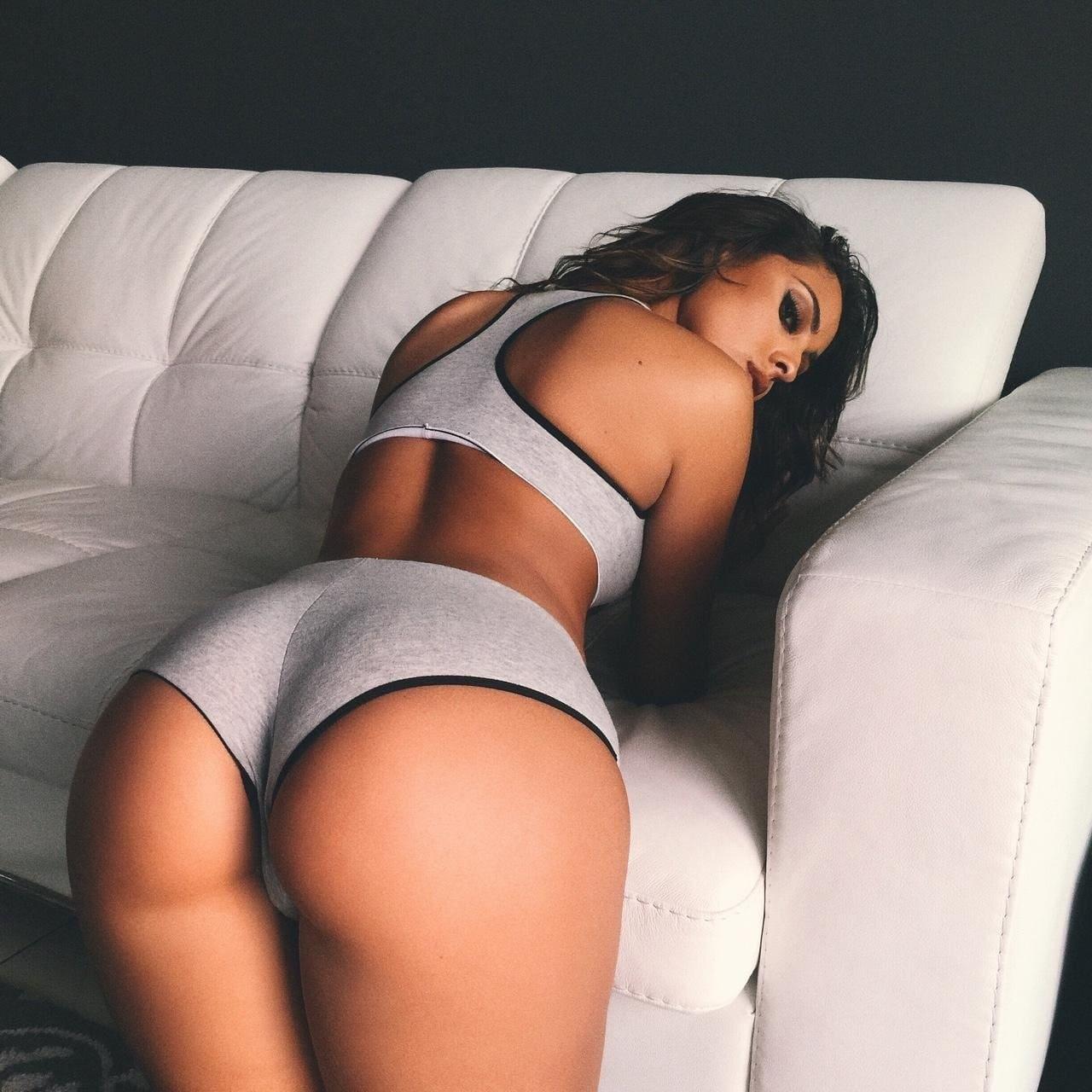 красивые девушки с большой попой на кровати лежит брюнетка с длинным волосом в спортивном белье