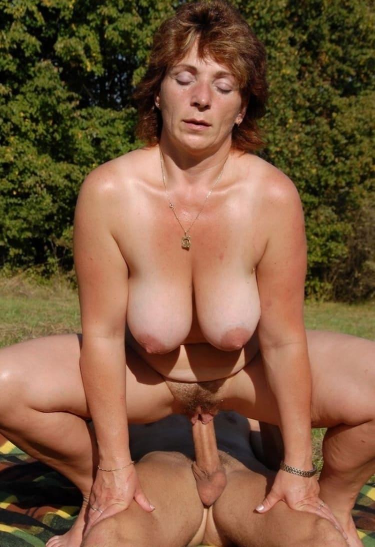 порно фото зрелые дают на природе вприсядку раздвинув ноги сверху скачет на члене