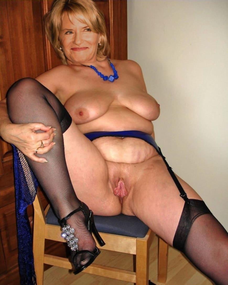 порно фото зрелых дам бесплатно блондинка с короткой стрижкой сидя на стуле в чулках на каблуках раздвинула ноги