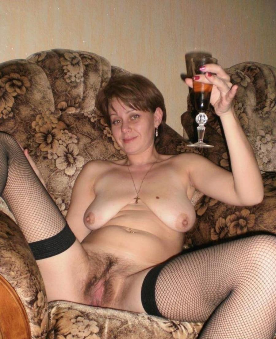 порно фото зрелых дам русское с короткой стрижкой в кресле раздвинула ноги в черных чулках с висячими сиськами и бокалом в руке